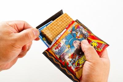 「ビックリマンチョコ」シリーズはランダムに封入されているキャラクターシールが特徴