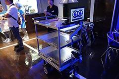 食べ終わった食器類を片付けるのもロボットの仕事。こちらはお皿回収ロボットのサウザー