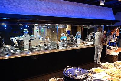 料理の前にロボットが並ぶ変なレストラン。照明とも相まってかなりの異空間となっている