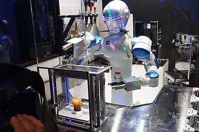 バーテンロボットのダニール。軽妙なトークを繰り広げながらドリンクを作る。なおドリンクの料金は、ビュッフェの料金には含まれていない。生ビールなどのアルコール類はすべて600円。オレンジジュースなどのソフトドリンクはすべて300円
