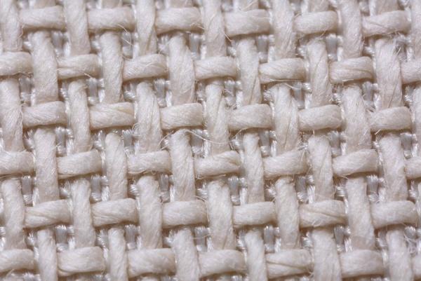 合成繊維と交織する太い和紙糸のみを表側に浮き上がらせ、肌に当たる面を和紙100%になるように設計した「二重織り構造」(画像提供:細川機業)