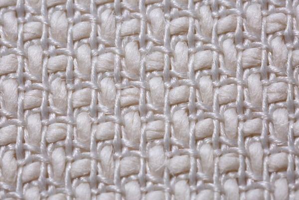 補強用に少量使用する細いポリエステル糸は、裏側へ回り込み、和紙糸をホールドして摩耗強度を上げる(画像提供:細川機業)