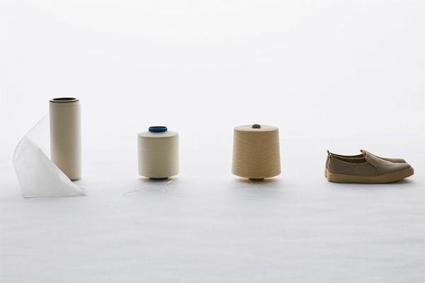 """和紙布シューズを作るプロセス。マニラ麻を原料に和紙を作る→細く裁断して2~3ミリ幅のテープ状に→こよりの要領で""""より""""をかけ、細く長くより合わせて糸にする→その糸で布を織り、シューズに形づくる(画像提供:細川機業)"""