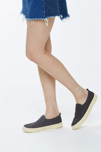 """靴への先入観があると、""""和紙から生まれた""""ようには見えない(画像提供:細川機業)"""