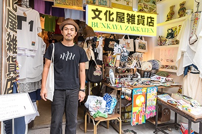 滝口悠生(たきぐち・ゆうしょう)氏は1982年東京都生まれ。2011年、「楽器」で新潮新人賞を受賞してデビュー。2015年、「愛と人生」で野間文芸新人賞を受賞。2016年、「死んでいない者」で芥川龍之介賞を受賞