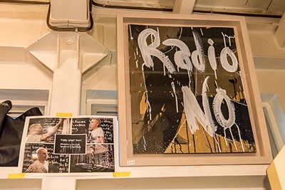 文化屋雑貨店のファンだという英アーティスト「アンダーワールド」のカール・ハイド氏もペインティング作品を出品