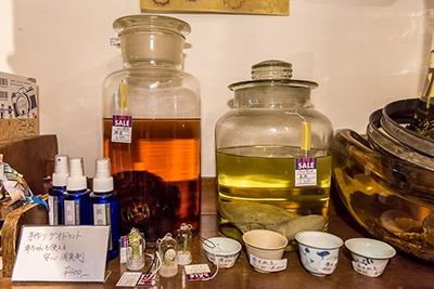 猿酒(4万円)、亀酒(2万円)が並ぶ