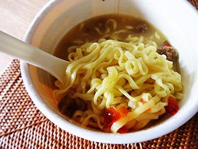 チェンマイカレーラーメンはコクのあるスープにココナッツミルクを加えたマイルドな味。だが辛さやスパイスの香りも、さりげなく主張していて奥深い味わいだった
