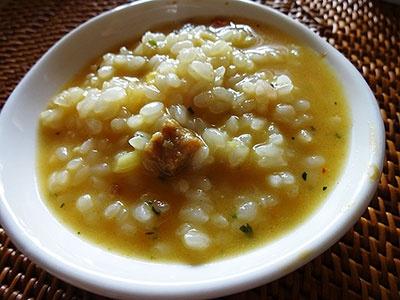 チェンマイカレーラーメン、コルマカレーラーメンを食べ終わった後のスープにライスを投入。スープに使用されているスパイスの個性が、より際立って感じられた
