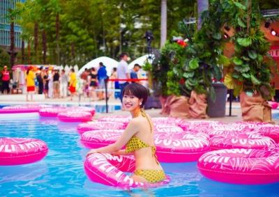 会場に入ると、視界に飛び込んでくる大量のピンク色の浮き輪に、おもわず「可愛い!」と同行の女性カメラマンと盛り上がる