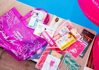 体験コンテンツに加え、来場者には新作美容アイテムが詰まったオリジナルビーチバッグのプレゼントが。ビニールバッグはスケルトンピンクで可愛く実用的でイベント気分も増す