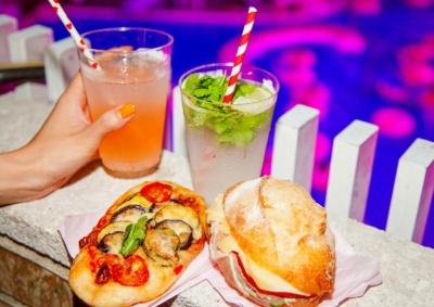 フードやアルコールの提供もある。左上から時計回りに、ストローが可愛い「ココポカリ」800円、「フレッシュモヒート」1200円、「生ハムのサンドイッチ」1000円、『夏野菜のピザ』800円