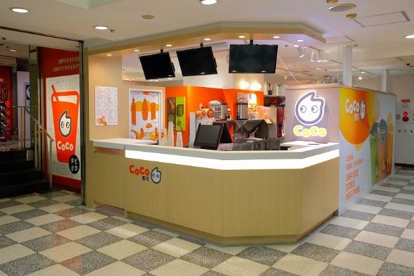 「CoCo都可(ココトカ)」は1997年に台北でスタート。現在は13の国と地域で3000店舗以上を展開する。2017年2月、東京・渋谷に日本1号店をオープン。その後、新宿、原宿、下北沢、町田の計5店舗を展開。2018年8月1日に6号店(新宿アルタ店)がオープン。乳製品、フルーツ以外の原材料はすべて台湾から直輸入している