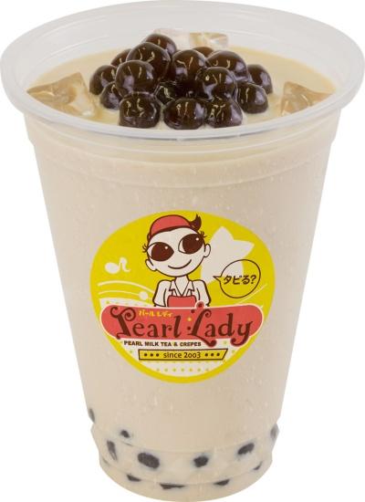 PearlLadyで最も人気があるメニュー「パールミルクティー」(税込み290円)。甘さがかなり強く、バニラのような香りもある。プリンやアイスクリーム、マシュマロ、フルーツなどのトッピング(有料)の種類も豊富