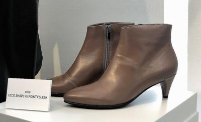 エコーシェイプ 45 ポインティスリーク(2万8000円)。ドレスアップにもカジュアルな装いにも幅広く活用できるブーツ。中敷きには、快適な履き心地を維持するプレミアムレザーを使用。ディープトープ、ブラックの2色展開