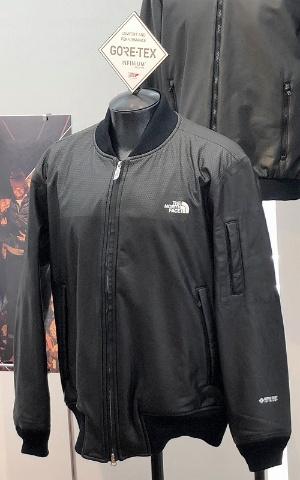 GTX キュースリージャケット (5万2000円)。摩耗を考慮し、最新の登山用ウエアにも使用しているビーズ転写を肩周りとひじに施し、表面の強度をアップした