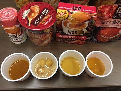 写真左から缶、カップ、粉末箱入り、レトルト。メーカー側の説明では、左から右へ進むに連れて海老の風味を強くしたというが……