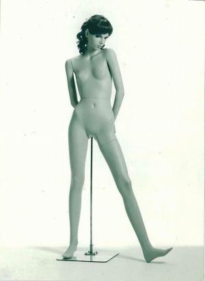 ツイギータイプのマネキン。腰骨、鎖骨、膝頭、肩甲骨が初めて表現され、人体らしさに一歩近づいた。大森達郎作、1968年(画像提供:七彩)