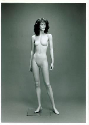 バブル経済期のファッションを体現するような、いかり肩のボディが特徴的。加野正浩作、1985年(画像提供:七彩)
