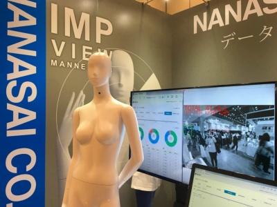 画像認識システムを開発するアイテックとの協業で制作したインタラクティブマネキン「IMPビュー」。首元に仕込んだカメラで客の動向を読み取り、さまざまなデータを収集する(画像提供:七彩)