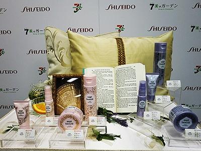 ピンクのパッケージの「リチャージの香り」と紫のパッケージの「リラックスの香り」の2ライン。「アロマミストシャワー」(30ml、900円)、「アロマハンドトリートメント」(30g、900円)、「アロマボディーミルク」(150ml、1200円)、「アロマボディーバター」(70g、1200円)など