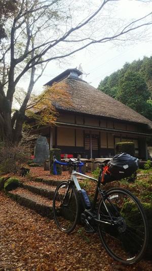 「ヤマハYPJ-R」に中大型バッグを装備すれば、無理なく荷物を運びながら長距離を走る自転車旅行も楽しめる