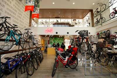 日本で発売されている主な電動アシスト自転車すべてを取り扱う「モトベロ」。購入者には安全点検永年無料のサービスも行う