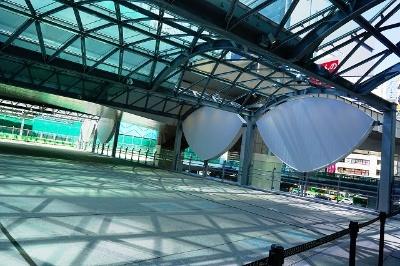 国道246号横断デッキは、旧東横線渋谷駅の高架橋を利用。駅利用者に長く愛され続けた「かまぼこ屋根」を再現したデザイン
