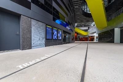 2階の商業ゾーンの床には鉄道のレールが埋め込まれている