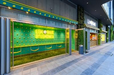 1階にある「LEMONADE by Lemonica(レモネード バイ レモニカ)」は金沢生まれのオリジナルレシピを使用した本格レモネード専門店。渋谷川を眺められるブランコ席も用意されている