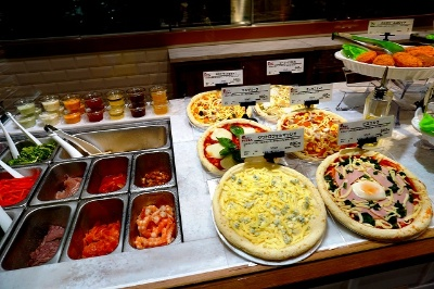 11~15時まではサラダショップ「サニーボウル」、15~21時までは店内の窯で焼くオリジナルピザ「マイセレクトピザ」を対面で販売