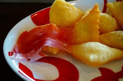 熱々の揚げパンに生ハムをのせて食べる。ディナータイムは税込み3000円前後を想定