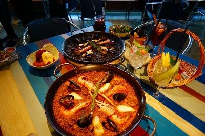 チリンギート エスクリバでは新鮮な魚介類をふんだんに使用した「タコのガリシア風」(税別1600円)や魚介のエキスが凝縮された「エスクリバパエリア」(税別3400円)、色鮮やかなサングリアなどを提供
