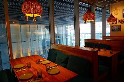全84席(テーブル76席、カウンター8席)。さまざまなタイプのシートがあり、入り口近くのボックス席からは1階の大階段を見下ろすことができる
