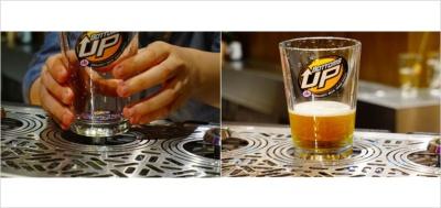 ボトムス アップは底に穴が開いている専用のグラスを使用。底にマグネットのプレートを付けてサーバーにセットすると下からビールが注がれる。注ぎ終わったあとはマグネットのプレートが底ぶたになるので、ビールがこぼれることはない。300mlのグラス入りで税別800円~