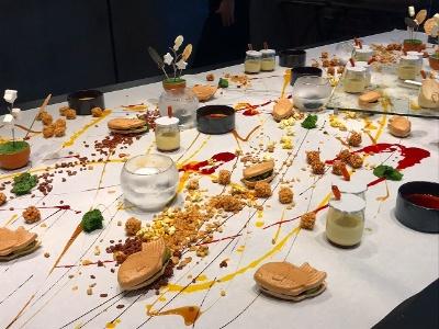 4階のバーアンドダイニング「TORRENT」では、フランスの星付きレストランで研鑽を積んだシェフによる「日本を感じさせる」料理を提供。小さなたい焼きの皮の中にわらび餅を詰めた「TAIYAKI」、スポイトでカラメルソースを注入するプリンなど、スイーツからも料理のユニークさが感じられる