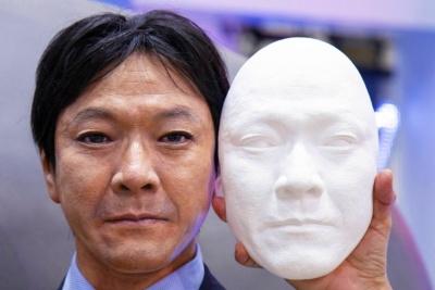 山田相談役の顔を型取りした石こうの面(右)。耐久性と軽量化を図るため、この面の材質を樹脂に替えてマネキンに組み込み、輪郭や頭部の形状を合わせて彩色、ウイッグをかぶせたパーフェクションスーパーリアルマネキン(左)