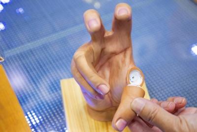 ボールを持たせるときは指を外してセットします