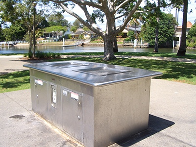 公園に設置されたバーベキューグリル。グリルの周りが作業台になっているタイプ(写真提供:日本バーベキュー協会)