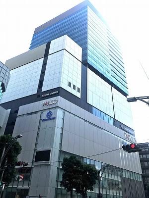 「上野フロンティアタワー」(台東区上野3-24-6)。東京メトロ銀座線「上野広小路駅」直結、日比谷線「仲御徒町駅」都営地下鉄大江戸線「上野御徒町駅」より徒歩3分、JR線「御徒町駅」より徒歩2分。地下2階、地上23階、塔屋1階。高さ117mで敷地面積は約5800平米、延床面積は約4万1000平米。地下1階は大丸松坂屋百貨店、1階~6階はPARCO_ya、7階~10階はTOHOシネマズ、11階は機械室、12~22階はオフィス