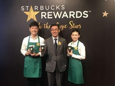 サービスの発表会に登壇したスターバックス コーヒー ジャパン代表取締役CEO(最高経営責任者)の水口貴文氏(中央)
