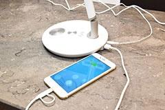 Eufy Lumos E1はスマホやタブレットなどの機器を充電できる2つのUSB充電ポートを搭載する
