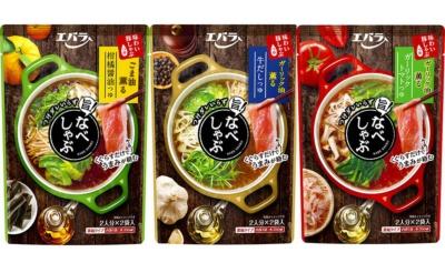 エバラ食品の2018年の新商品「なべしゃぶ 柑橘醤油つゆ」(写真左)。本醸造醤油と昆布だしをベースに、柚子とすだち果汁の酸味とごま油をプラスしている。「なべしゃぶ 牛だしつゆ」(写真中央)は牛だしと香味野菜をベースにブラックペッパーを利かせ、ガーリック油をプラス。「なべしゃぶ ガーリックトマトつゆ」(写真右)はトマトと鰹をベースにローストガーリックとガーリック油を加えている。1パック2袋入り(各100g)。1袋を水350mlで希釈すると約2人分のつゆができる。希望小売価格は各330円