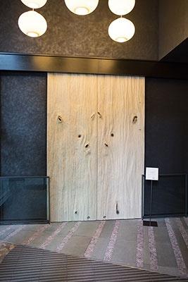 青森ヒバの一枚板でできた玄関。宿泊者以外は入れない