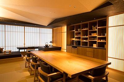 各階にあるお茶の間ラウンジでは磁器作家・イイホシユミコ氏のマグカップなど高品質な日用品も使われる