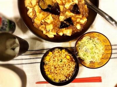 お椀でカップヌードルを晩御飯で利用した例。主菜と小さいおかずくらいでも満足感があり、いつもよりしたくがラクだった