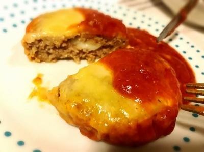 「今日のおかず粗挽きハンバーグ 完熟トマトのソース」の調理例。たっぷりのトマトソースが絡むことで肉がよりしっとり感じられ、ひと皿としてのボリュームもアップしている