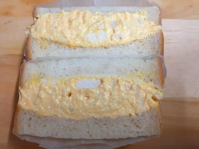 ニュウマン新宿のエキナカにある「Wa'sサンドイッチ」の看板メニュー「煮たまごサンド」(税込み500円)。カツオと昆布のだしがしっかりしみた特製の煮卵を使用したサンドイッチ。見た目は普通だが、かむとだしのうまみが広がるインパクトのある卵サンド