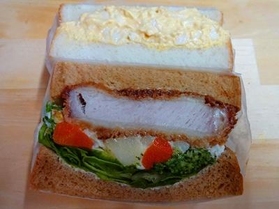 「煮たまごサンド」と、「洋食仕立てのロースカツサンド」が1切れずつ入った「Wa's洋食たまごミックス」(税込み610円)。「洋食仕立てのロースカツサンド」は、デミグラスソースに塩麹などをミックスしたオリジナルの「Wa'sソース」を使用した自信作