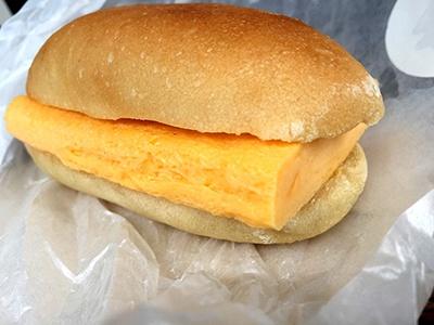 「すしやの卵サンド」(410円)。卵焼きは焼き目がまったく分からない、スフレのような仕上がり。パンはこのサンドイッチ専用に焼いてもらっているカタネベーカリーの桑名もち小麦使用コッペパン。もっちりした食感がふわふわの卵焼きと好相性だった